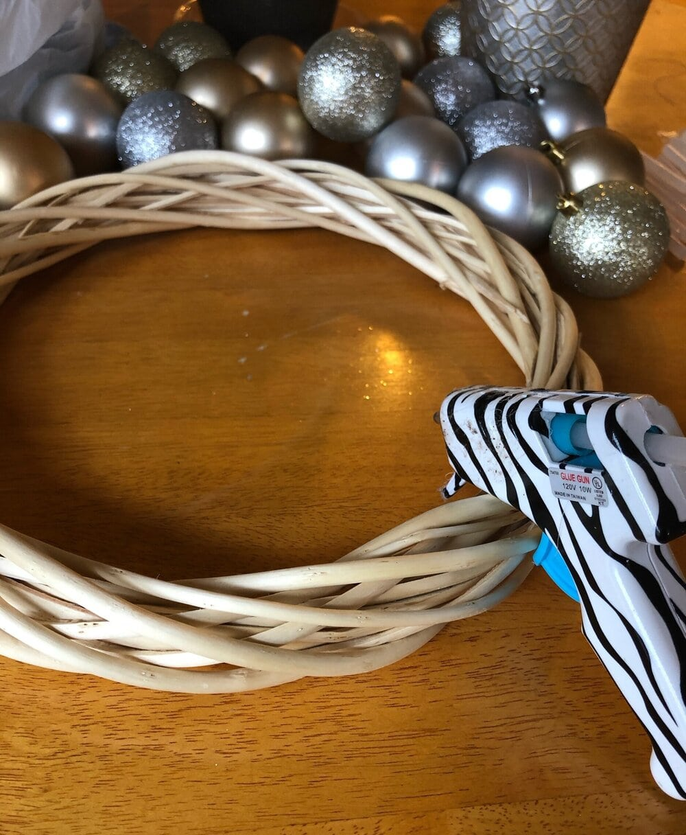 Missouri Girl DIY $13 New Years Eve Wreath. An easy and inexpensive craft project to ad a festive touch to your New Years Eve. Missouri Girl. Missouri Girl Blog. #newyearseve #newyearsevedecor #blackgoldandsilverdecor #holidays #MissouriGirl